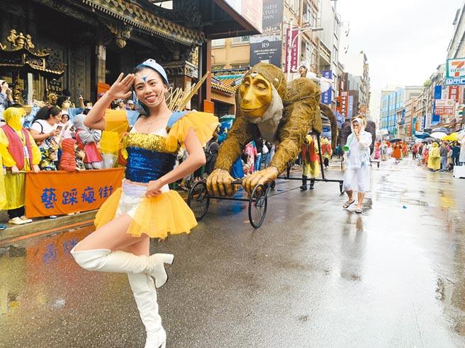 淡水環境藝術節27日舉辦踩街大遊行,各隊伍換上繽紛華服現身街頭,為淡水增添一抹奇幻風情。(許哲瑗攝)
