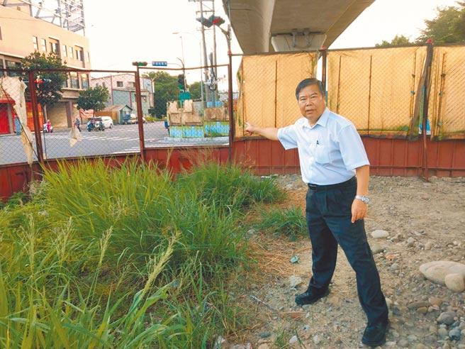 台中市東區進德路到精武車站鐵路沿線的施工圍籬3年來尚未拆除,民怨影響市容及通行。(何敏誠議員服務處提供/張妍溱台中傳真)