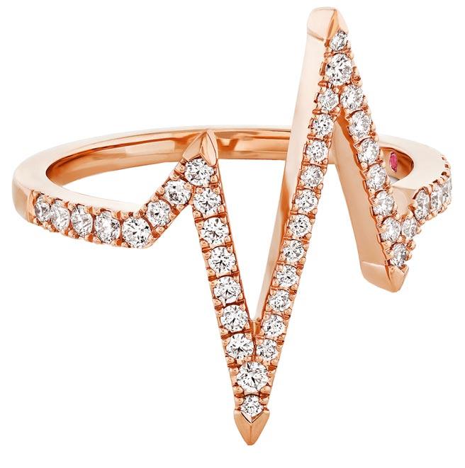 HEARTS ON FIRE LOVE CODE HEARTBEAT玫瑰金鑽石戒指,每一只HEARTS ON FIRE X Hayley Paige 聯名珠寶系列作品內側都鑲上一顆粉紅剛玉,7萬6000元。(HEARTS ON FIRE提供)