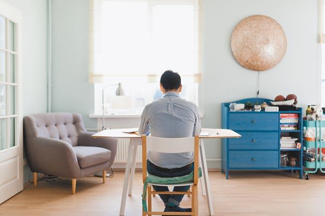 獨自生活或單獨在家時,更要防範意外發生,並且能即時發生求救訊息。(CFP)