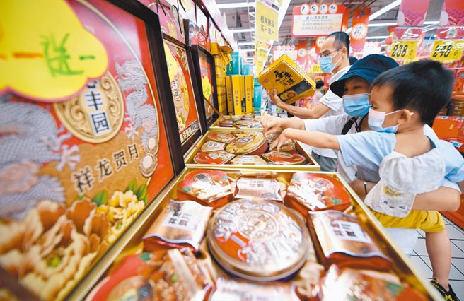 9月26日,市民在海南省海口市一家超市選購月餅。  (新華社)
