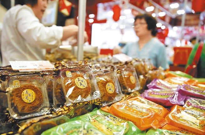 經濟型月餅禮盒,價格親民,包裝也更簡約環保。(中新社)