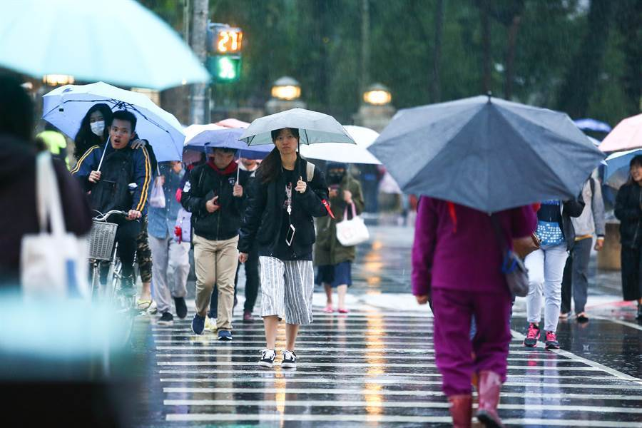 東北風影響及華南雲雨區東移,今(28)日基隆北海岸及台北市山區有局部大雨發生的機率。(圖取自氣象局網頁)