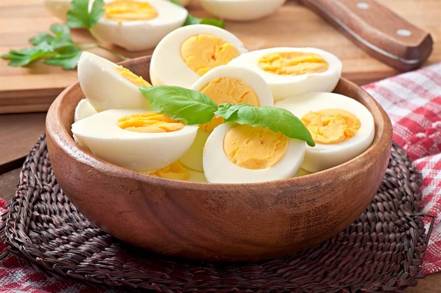 許多人擔心吃蛋黃會讓膽固醇過高,營養師表示,體內膽固醇多是自己生成,僅20%來自飲食,且蛋黃營養豐富,因此建議要一起食用。而每天吃2、3顆蛋是接受的,但不要超過7顆。(圖/Shutterstock)