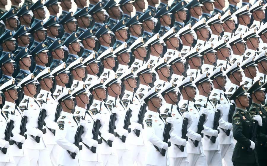 圖為解放軍戰略支援部隊在2019年大陸國慶閱兵的受閱方隊。僅為示意圖。(圖/新華社)