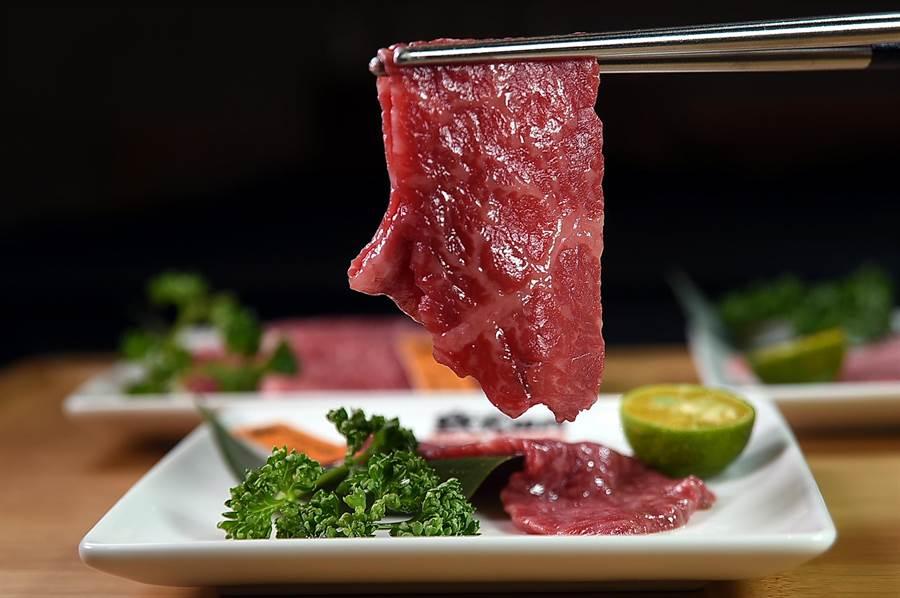 和牛「赤身」指的是大理石油花較少的瘦肉,燒烤後肉質柔嫩細緻、風味濃郁。(圖/姚舜)