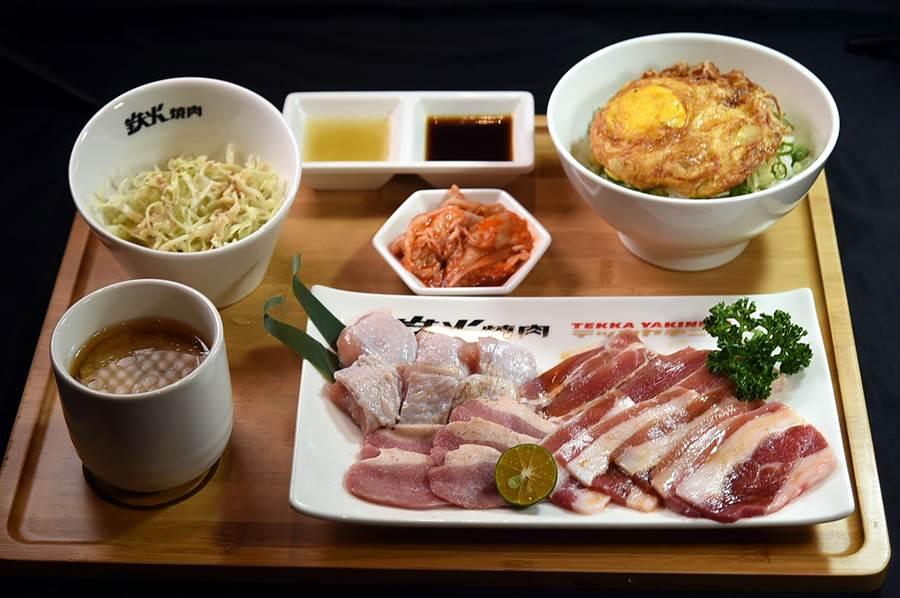 微風台北車站的〈鐵火燒肉〉菜單上最便宜的個人燒肉套餐只要198元,可以吃到溫體雞腿肉、西班牙豬五花、櫻桃鴨和牛五花。(圖/姚舜)