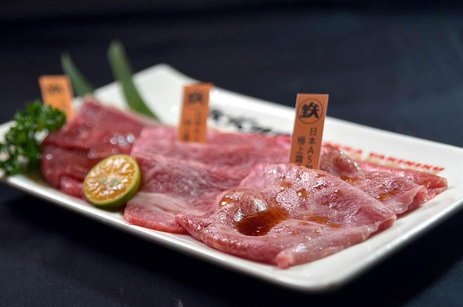 〈鐵火燒肉〉個人燒肉套餐的「A5和牛拼盤」,888元可享和牛羽下、肩胛與腿肉。(圖/姚舜)