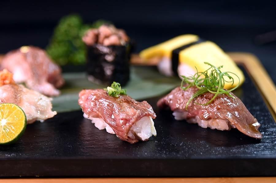 微風台北車站〈鐵火燒肉〉的〈十貫握壽司套餐〉中,有5貫是用牛肉不同部位燒烤後捏製的握壽司。(圖/姚舜)