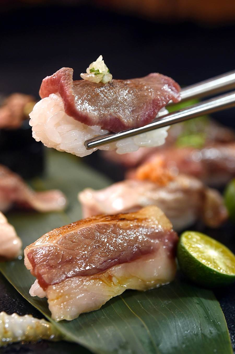 〈鐵火燒肉〉的〈炙烤牛舌握壽司〉,可以吃出牛舌彈牙的口感。(圖/姚舜)