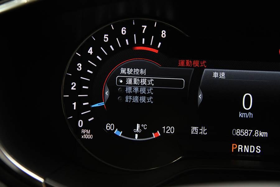 與一般採用獨立設計按鍵的車款不同,CDC 阻尼控制選單是在儀表板當中。