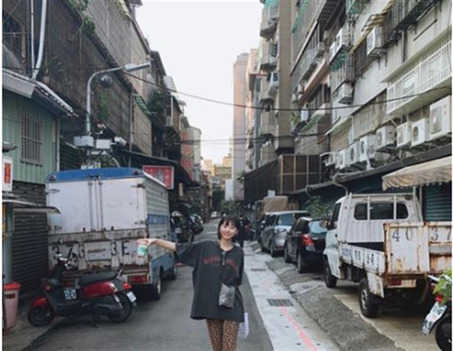 日本女星武田玲奈在IG曬一張「遊台灣照」,背後街景卻讓網友吵翻。(圖/翻攝自武回玲奈IG)