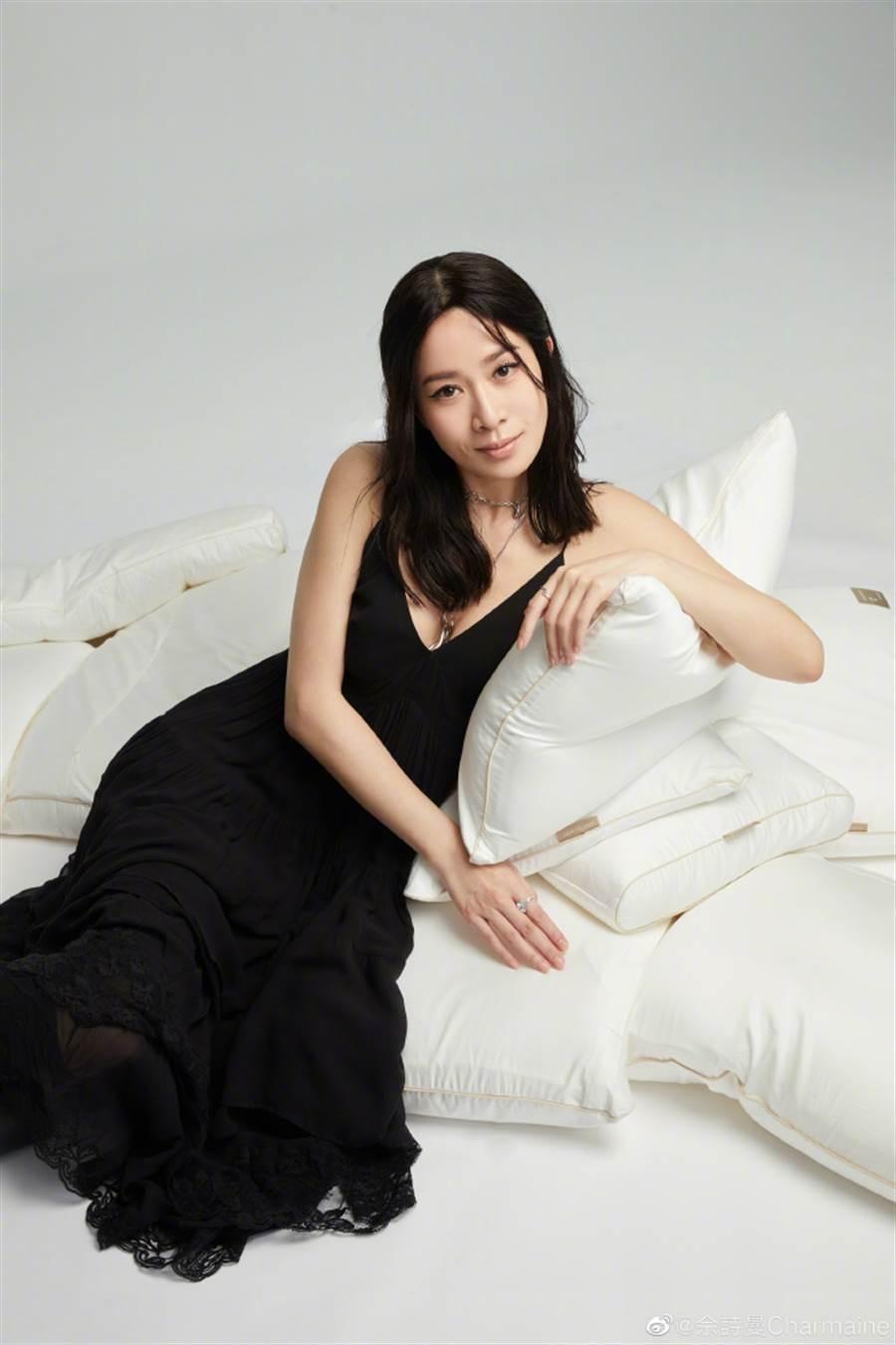 香港女星佘詩曼穿上宛如居家服的黑色細肩帶洋裝火辣出鏡。(圖/摘自微博@佘詩曼Charmaine)