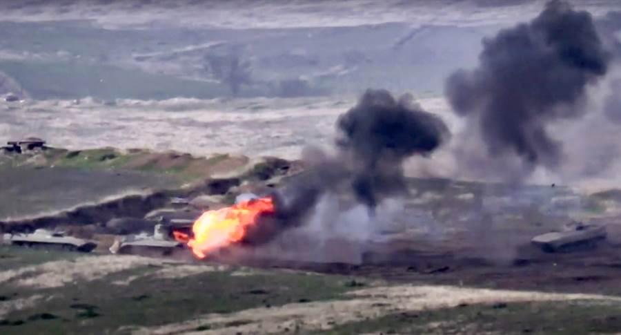 亞美尼亞國防部9月27日公開錄影顯示,在亞塞拜然納戈諾卡拉巴克(Nagorno-Karabakh)自治區接觸線(contact line)摧毀了亞塞拜然軍車。(亞美尼亞國防部/美聯社)