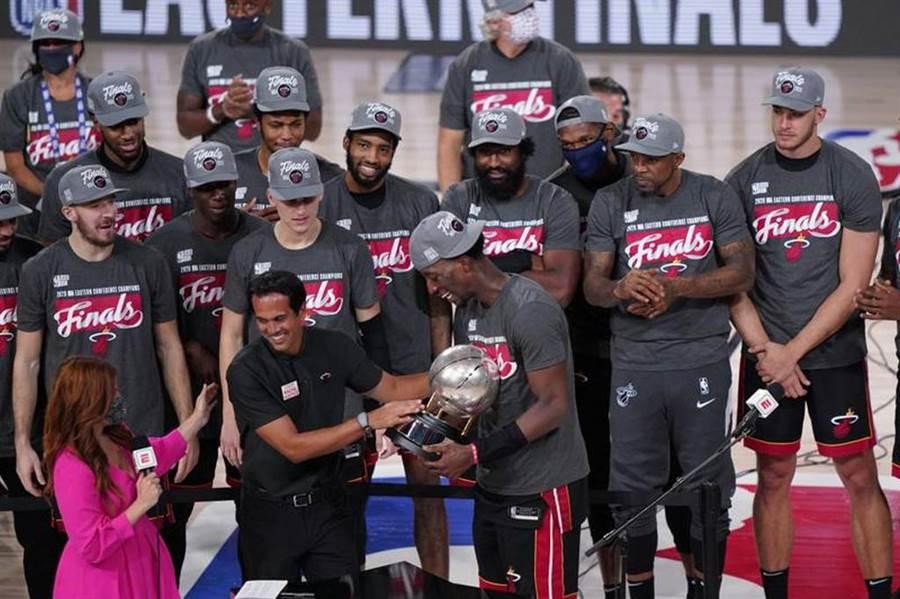 熱火隊勇奪東區冠軍,總教練史波斯查將冠軍盃遞給阿德巴約。(美聯社)