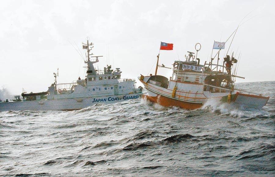 蘇澳籍漁船新凌波236號,27日在釣魚台遭日本巡邏艦衝撞,漁民權益不僅不保還傷及漁船。圖為2012年9月宜蘭漁民出動60艘漁船「保釣」,遭遇日本大規模船艦包圍。(本報資料照片)