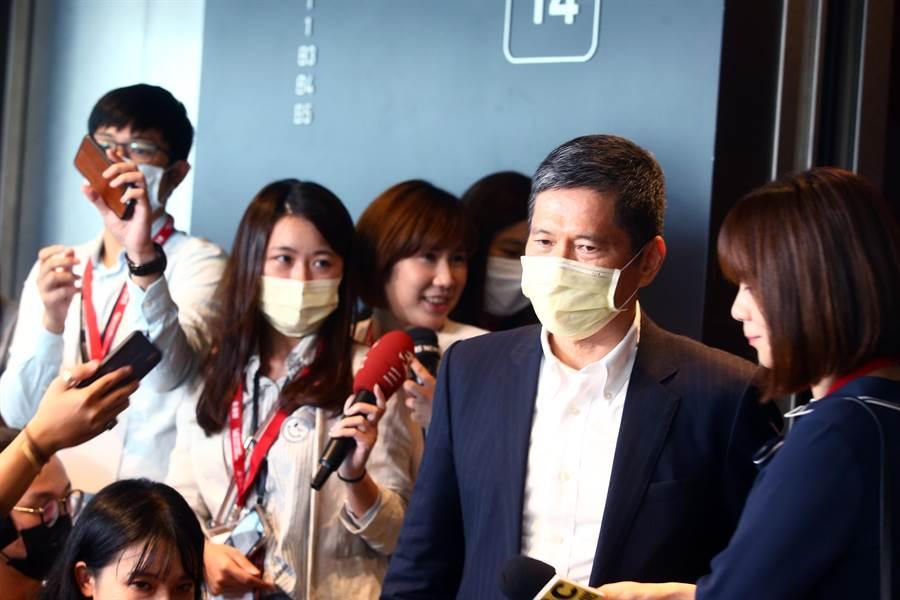 文化部長李永得出席第11屆金漫獎頒獎典禮前,受訪談及藝人歐陽娜娜赴陸演唱議題。(鄧博仁攝)