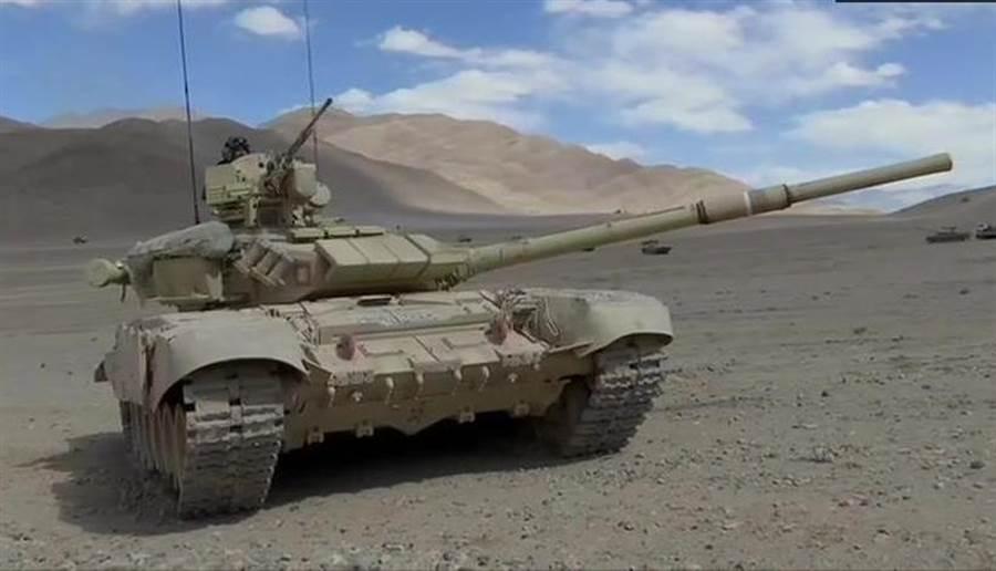 印軍新式主戰坦克T-90已部署至中印邊境地區,號稱可以在零下35度的環境中對解放軍進行耐寒作戰。(圖/推特@ANI)