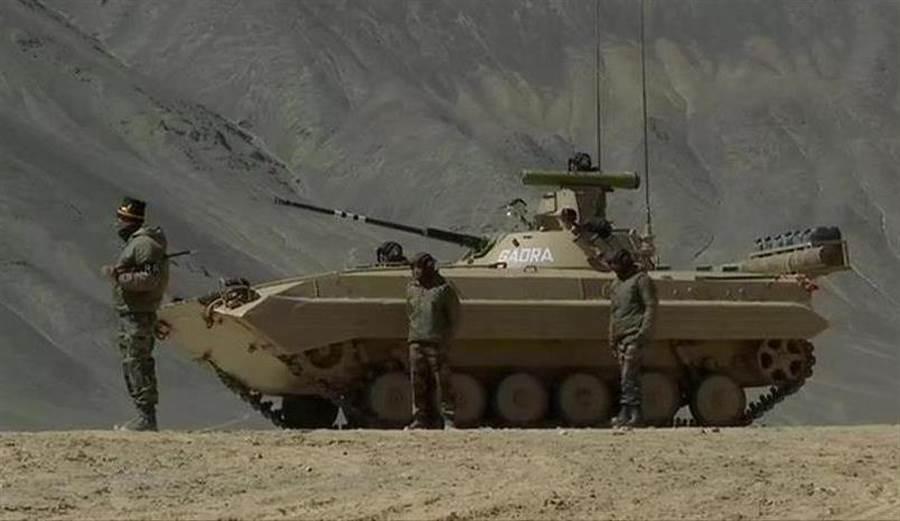 印軍BMP-2步兵戰車已部署到中印邊境並準備就緒,可以在攝氏零下35度的環境中迎戰大陸解放軍。(圖/推特@ANI)
