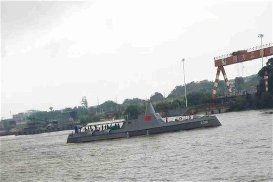 江西九江市的長江中測試的新式艦艇可能是無人艦艇,外型與美軍朱瓦特級戰艦神似,但體型小了許多。(圖/微信@南海的浪濤)