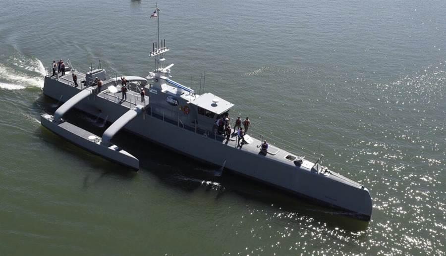 美國研發中的海洋獵人無人艇,除反潛功能外,還能搭載導彈與自動武器做長時間巡航。(圖/美國海軍)