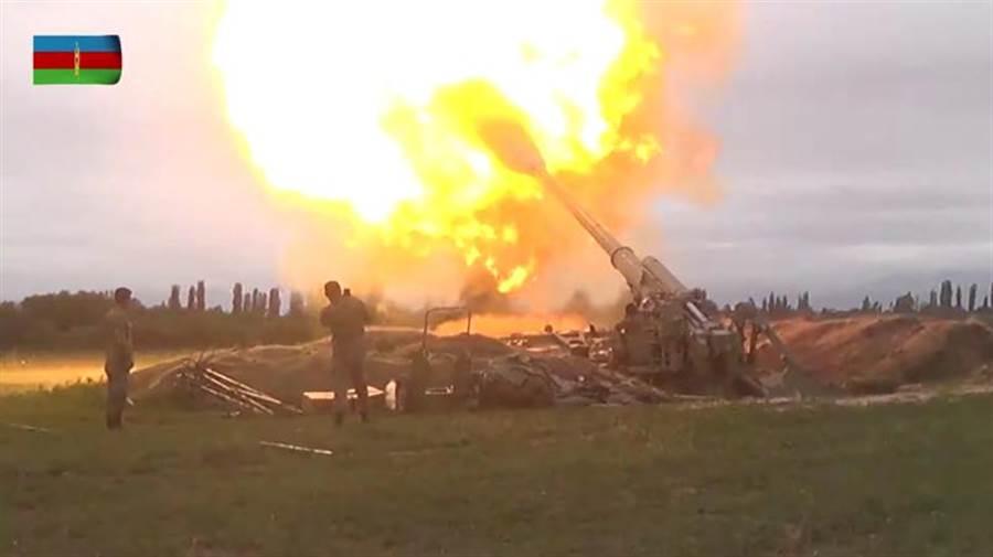 亞塞拜然國防部發布軍隊發射大炮的畫面。(路透)