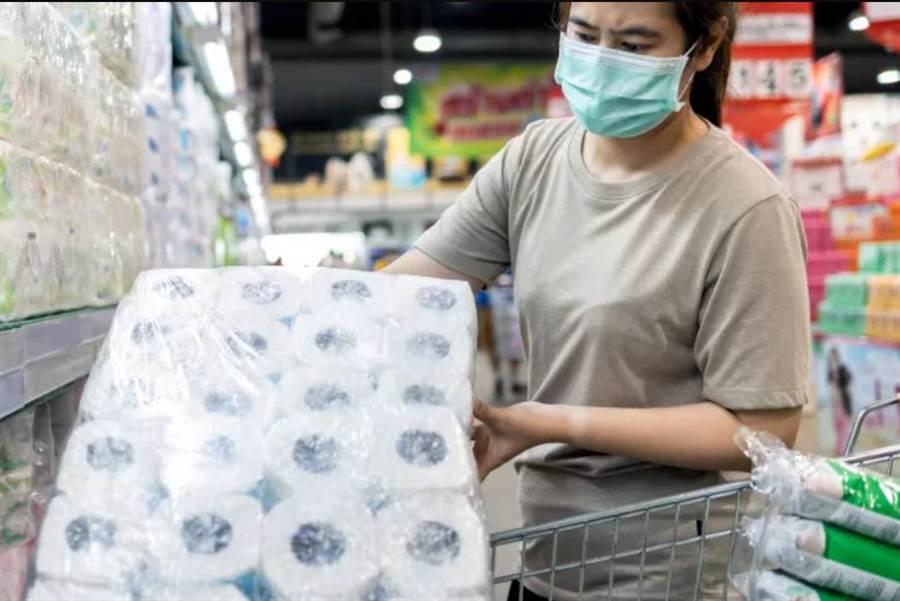 COVID-19疫情初期,曾有搶購衛生紙的情況,大家頗擔心清潔問題。(圖/Shutterstock)