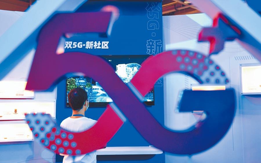 9月20日,一位參觀者駐足了解5G技術的應用。近日,第七屆中國(杭州)國際電子商務博覽會、浙江數字貿易交易會、第十一屆浙江商務服務交易博覽會在浙江杭州舉行,消費、科技等領域的新業態項目亮相展覽區,吸引參觀者。(中新社)