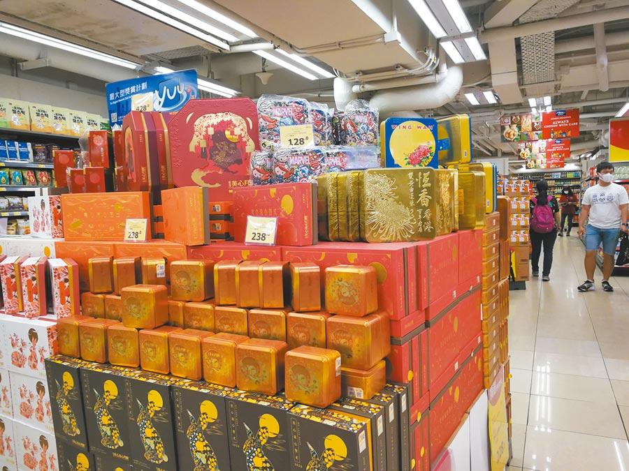 香港今年受疫情影響,月餅銷售估計會大跌50%。圖為香港超市推出各式月餅應節。(中新社)