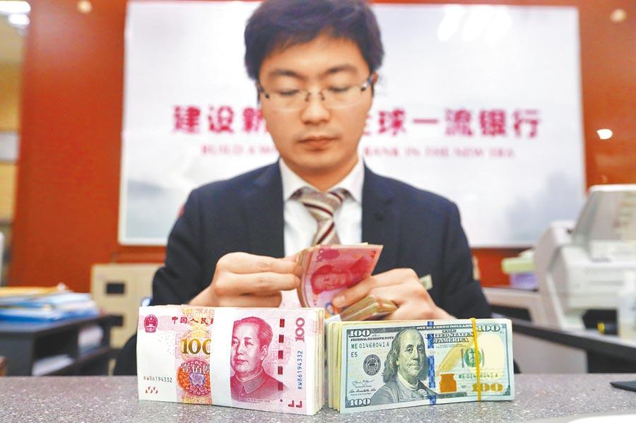 山西太原一銀行工作人員正在清點貨幣。(中新社資料照片)