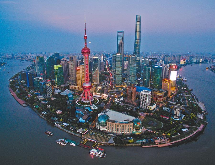 上海東方明珠塔亮起「中國紅」。(新華社資料照片)