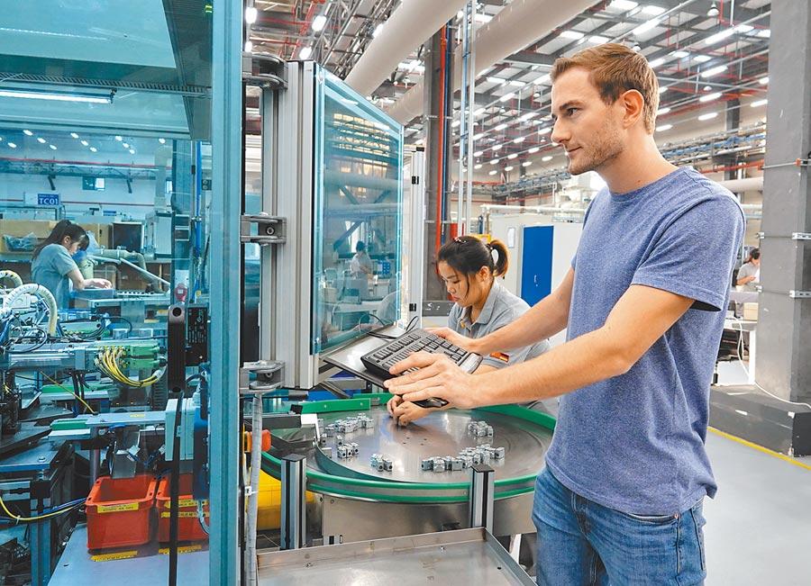 江蘇太倉一家外企,德國工程師在生產線上調試設備。(新華社資料照片)