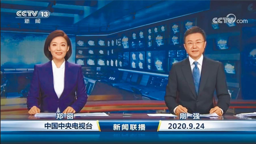 9月24日,鄭麗(左)亮相《新聞聯播》與剛強搭擋。(取自微博@央視新聞)