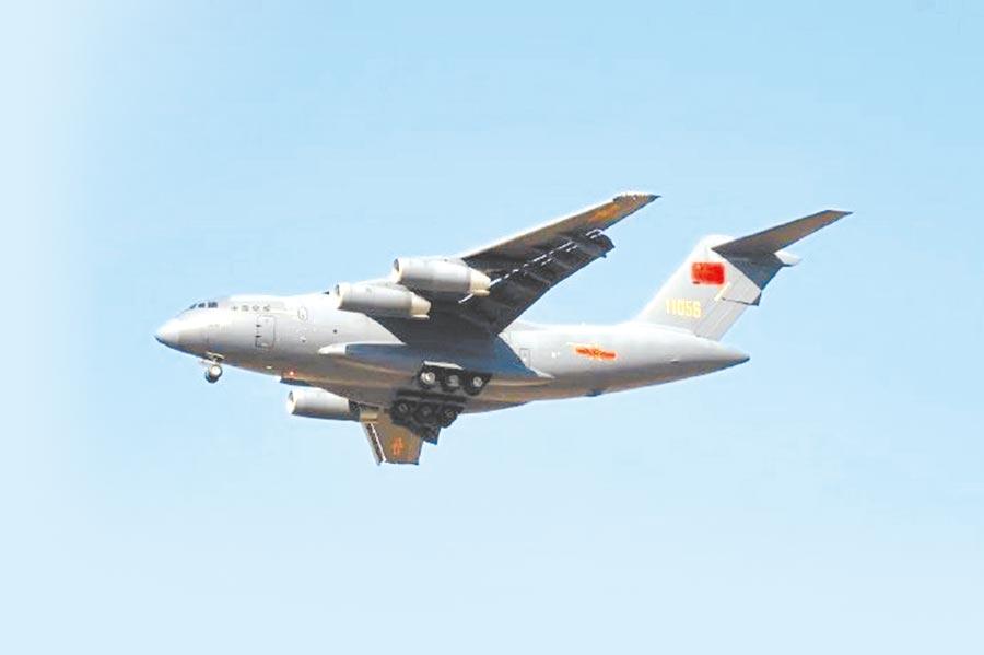 代號「鯤鵬」的運-20運輸機是目前大陸最大型的軍用飛機。(取自微博@中部戰區發布)