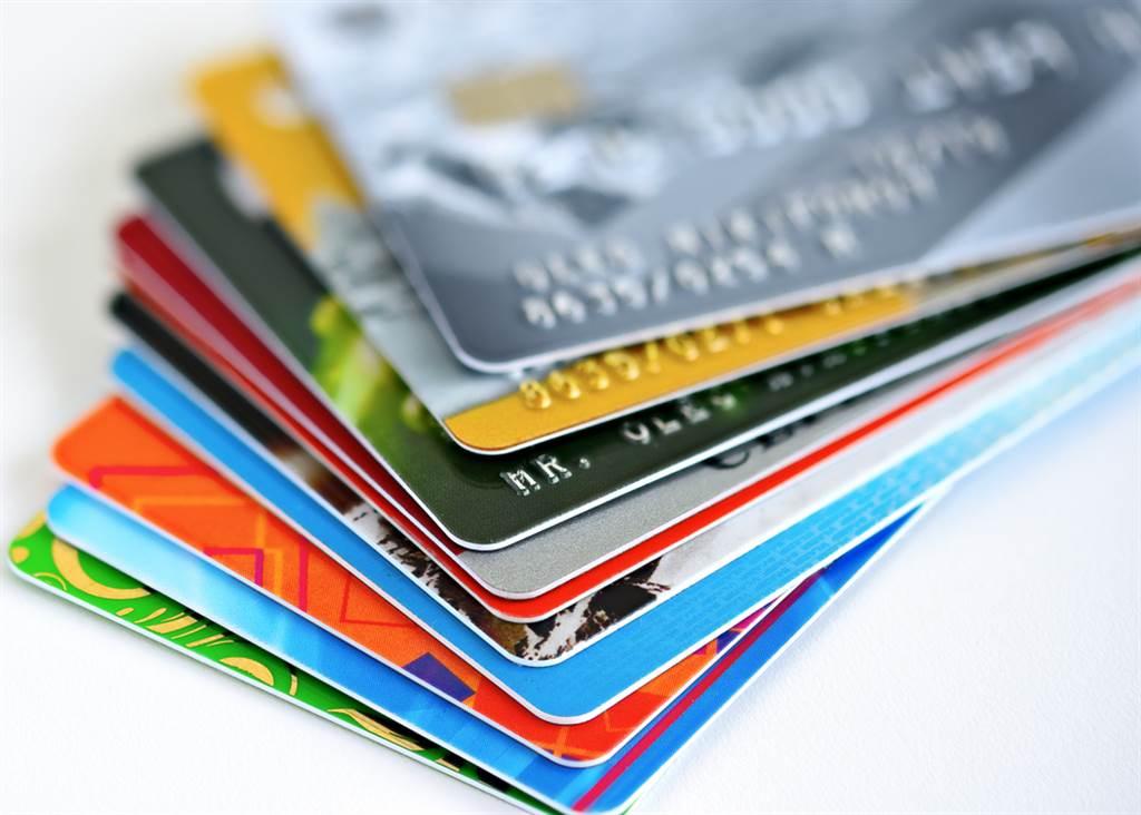忘繳800元信用卡費,一名女子11年後收天價帳單嚇歪,以為是詐騙。(示意圖/Shutterstock)