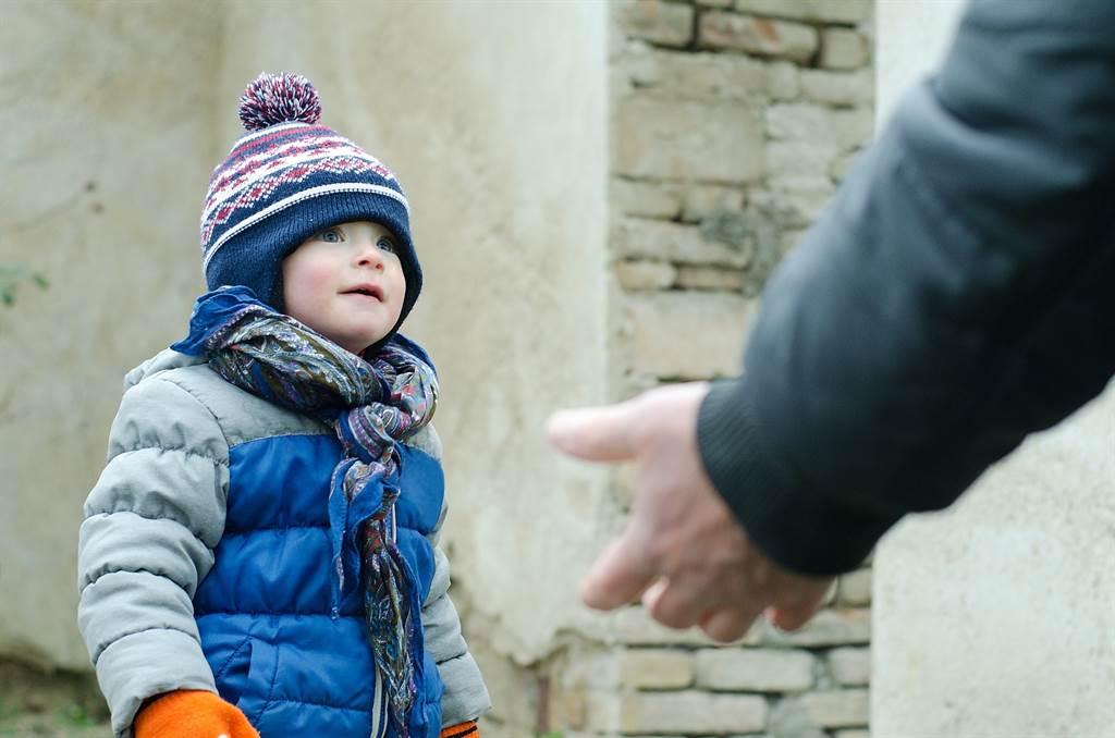 幼孩被牽走 母驚恐上前制止 陌生老翁露「謎之微笑」秒消失(示意圖/達志影像)