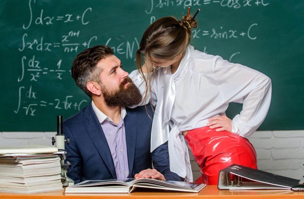 一名印尼人妻的老公在台灣打拚,她卻與孩子的小學老師在學校教室「大戰」。(示意圖,達志影像/shutterstock)