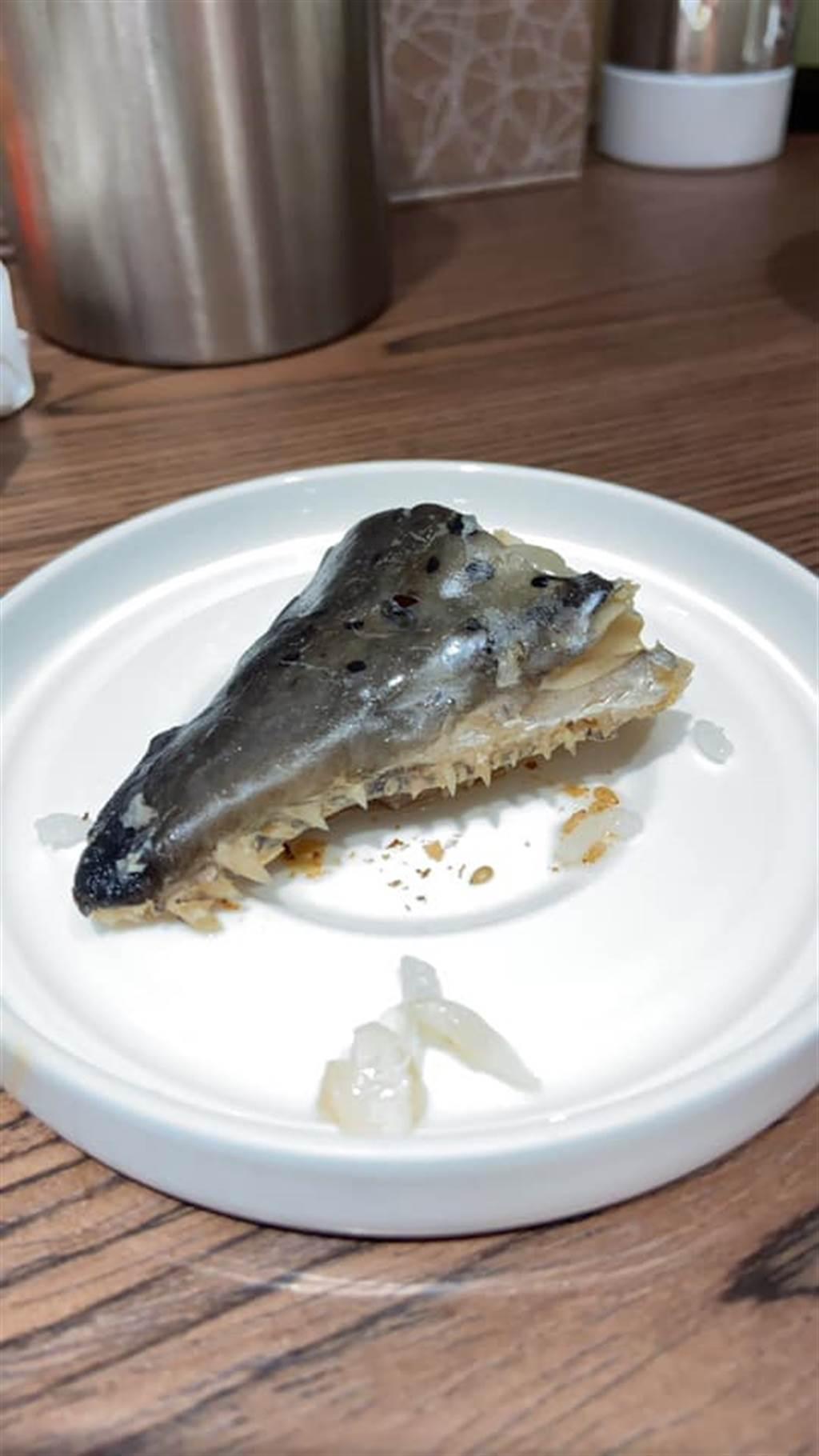 原PO在「爆怨公社」上表示,老婆月子餐出現一塊恐怖的魚肉,不但老婆看了不敢吃,連撿菜尾的他一看都整個沒胃口。(摘自爆怨公社)