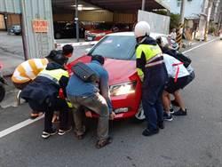 自小客撞電桿阻礙交通 警民合力抬車疏解