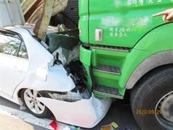 大貨車疲勞駕駛 衝撞台南路邊3民宅3車
