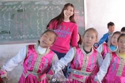 林志玲在大陆和儿童高唱「我和我的祖国」画面曝光 黑板画天安门