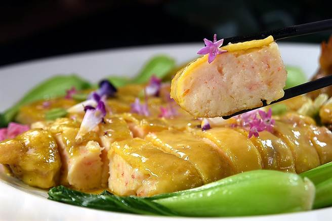 〈江南百花雞〉有雞油的香和蝦子的甜,入口雞皮和蝦漿各有特色的彈Q口感交融。(圖/姚舜)