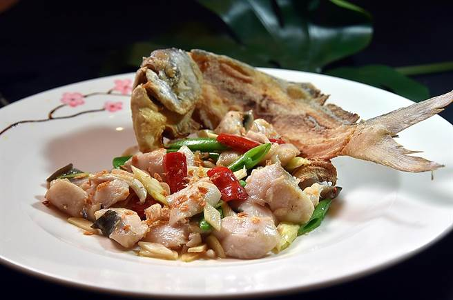 〈大地鯧魚球〉為廣東老菜,也是台北〈大元元酒樓〉20多年前的招牌菜,如今重現菜單。(圖/姚舜)