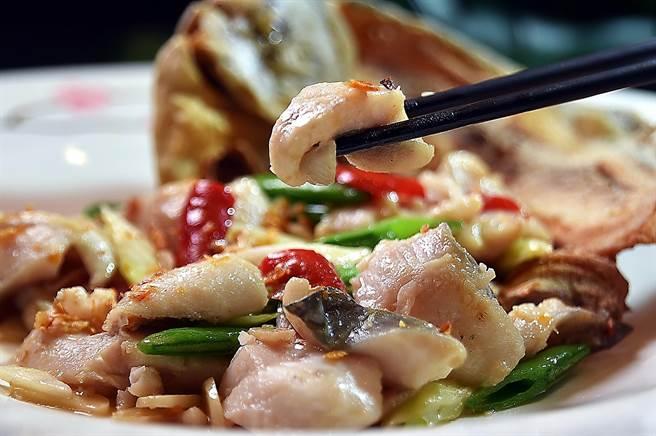 用1斤半重大白鯧作的〈大地鯧魚球〉,魚肉帶皮去骨斬塊後與蔥薑和大地魚乾大火快炒,魚頭則油炸到酥,帶著鍋香鑊氣上桌,好吃極了。(圖/姚舜)