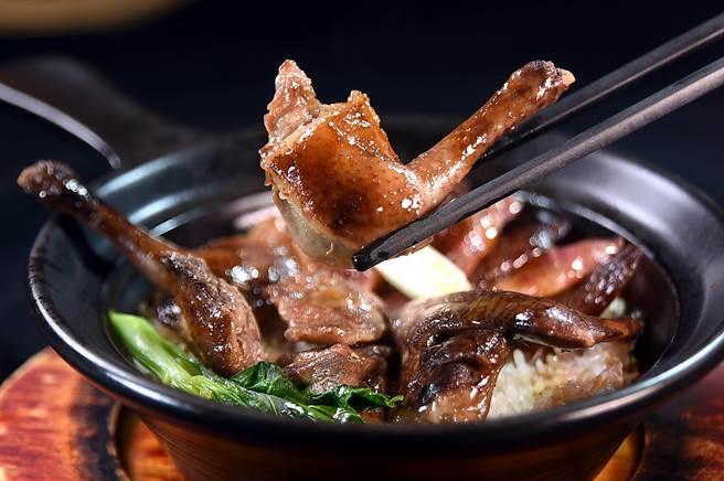 「一鴿抵九雞」,〈大三元〉的〈乳鴿臘味飯〉是將烤乳鴿與臘味同煲合蒸,這道「隱藏版菜式」只有老客人才吃得到。(圖/姚舜)