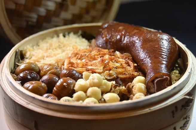 〈大三元酒樓〉的〈玫瑰油雞腿油飯〉預訂才吃得到,內有一大隻燒臘油雞腿、櫻花蝦、瑤柱、大顆栗子和蓮子,非常澎湃壯觀。(圖/姚舜)