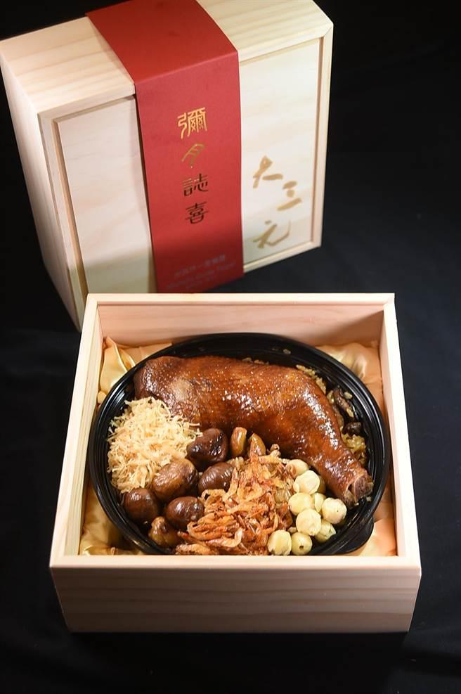 〈大三元酒樓〉的〈玫瑰油雞腿油飯〉,可接單製作當高檔的彌月禮盒。(圖/姚舜)