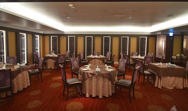 經過全新改裝的〈大三元酒樓〉,開放式小吃區空間更寬敞舒適。(圖/姚舜)