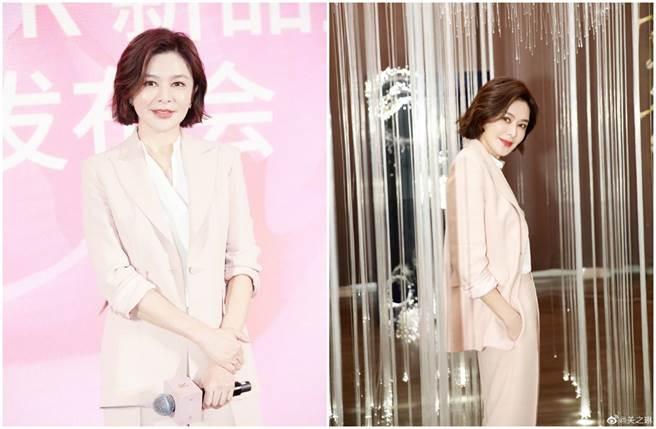 關之琳以一身粉色西裝出席保養品牌活動。(圖/取材自關之琳微博)