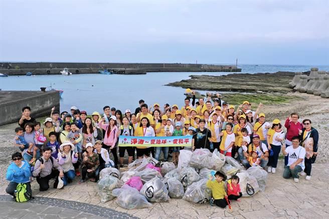 靈鷲山「每月1小時,淨灘愛地球」,3年來,淨灘多達3568人次,撿拾垃圾量9266公斤。(靈鷲山佛教教團提供)